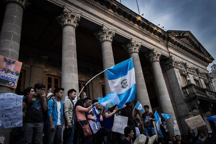 "De ""Renuncia ya"" -- Guatemala. Foto por Rosendo Castillo Azurdia, bajo licencia Creative Commons.)"
